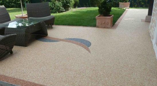 un revêtement de sol en résine dans un jardin