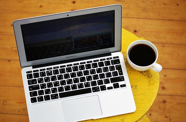 ordinateur avec tasse de café