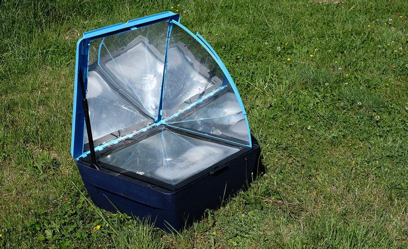 four solaire sur l'herbe